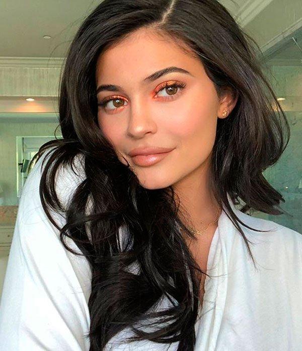 Kylie Jenner - maquiagem-laranja-iluminada-beleza - maquiagem-laranja - verão - casa