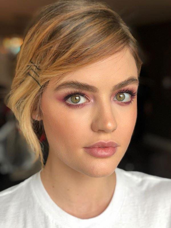 Lucy Hale - lucy-hale-maquiagem-fresh-iluminada-glow - pele iluminada - verão - estúdio