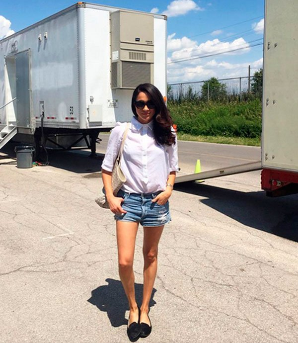 Meghan Markle - meghan-markle-camisa-branca-short-jeans-flat - camisa branca - meia estação - street style