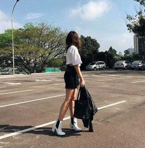 it-girl - t-shirt-branca-saia-preta-bota-branca - tshirt - verão - street style