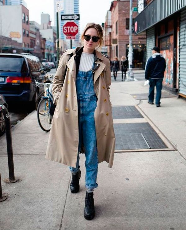it-girl - tricot-macacao-jeans-trench-coat-bota - trench-coat - inverno - street style