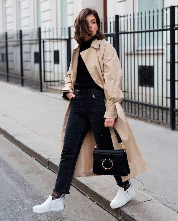 it-girl - turtleneck-calca-jeans-tenis-trench-coat - trench-coat - inverno - street style