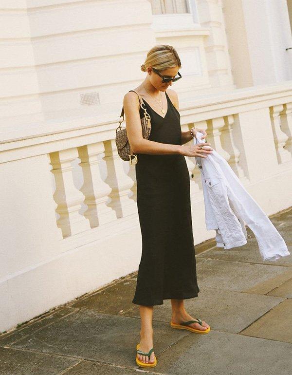 it girl - vestido-preto-chinelo - chinelo - verão - street style