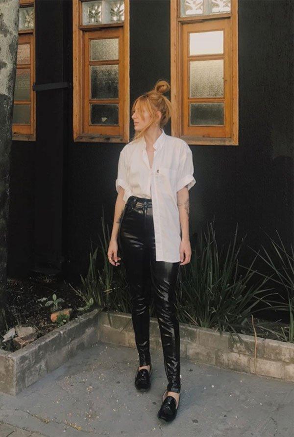 Aline Santos - camisa-branca-calça-vinil - calça de vinil - meia estação - street style