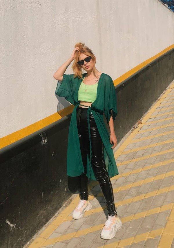 Aline Santos - cropped-kimono-calça-vinil - calça de vinil - meia estação - street style