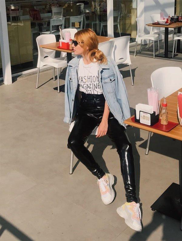 Aline Santos - t-shirt-jaqueta-jeans-calça-vinil - calça de vinil - meia estação - street style