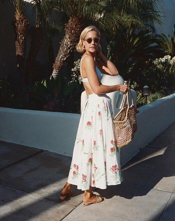 Haley Boyd - saia-florida-top-rasteira-bolsa-de-palha - bolsa de palha - verão - street style