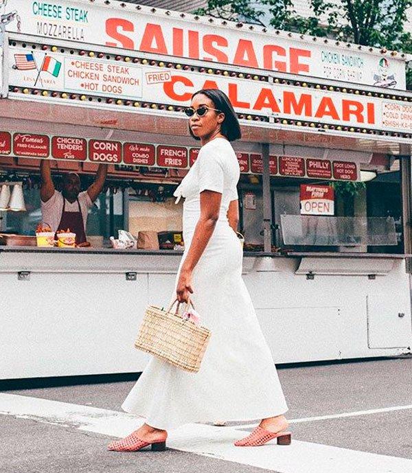 Chrissy Rutherford - vestido-branco-flat - bolsa palha - verão - street style