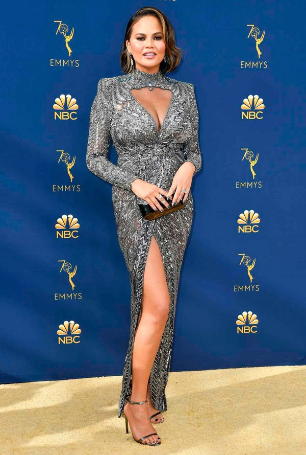 Chrissy Teigen - chrissy-teigen-emmy-awards - vestido - verão - Emmy Awards