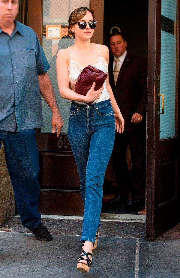dakota johnson - look - jeans - street style - verao
