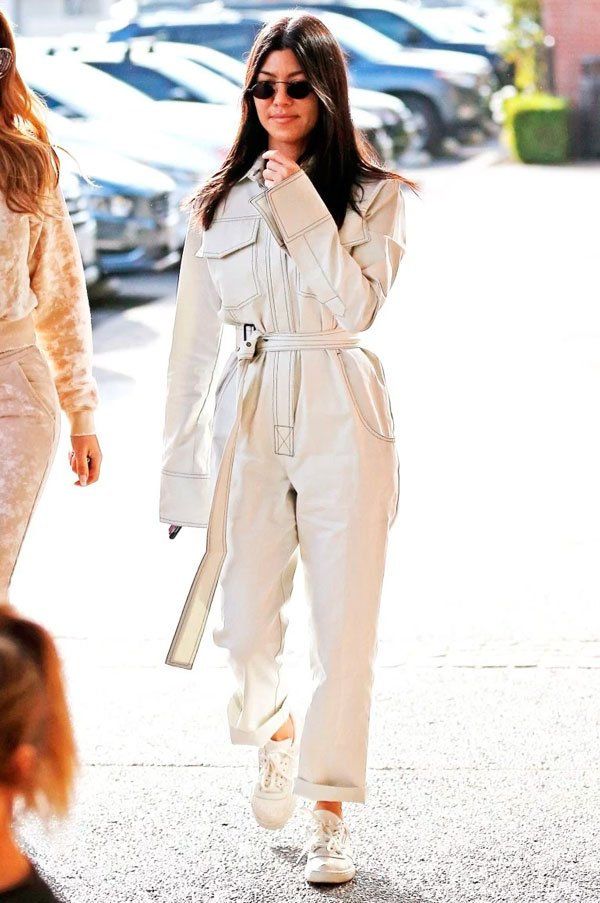 Kourtney Kardashian - macacao-branco-tenis - macacão - verão - street style