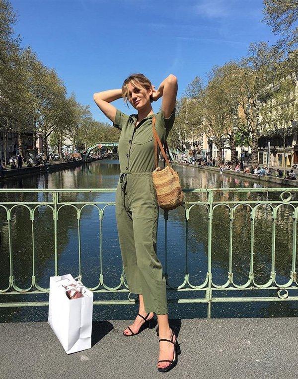 AnneLaure Mais Moreau - macacão-verde-sandalia-preta-bolsa-palha - bolsa de palha - verão - street style