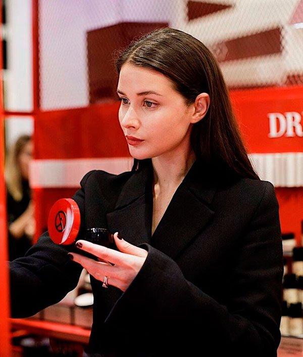 Sara Donaldson - maquiagem-batom-vermelho-beleza - batom vermelho - inverno - estúdio