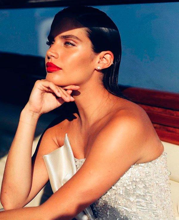 Sara Sampaio - maquiagem-iluminada-batom-vermelho - make iluminada - verão - red carpet
