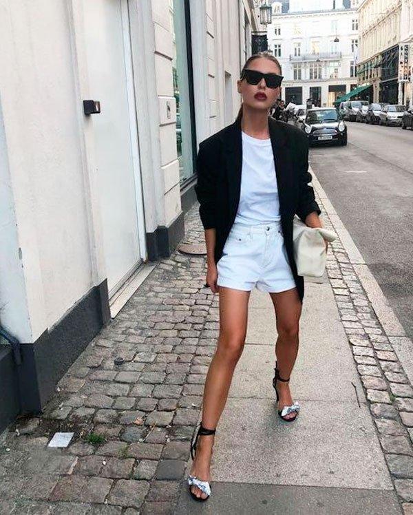 it-girl - t-shirt-branca-short-branco-blazer-sandalia - look branco - verão - street style