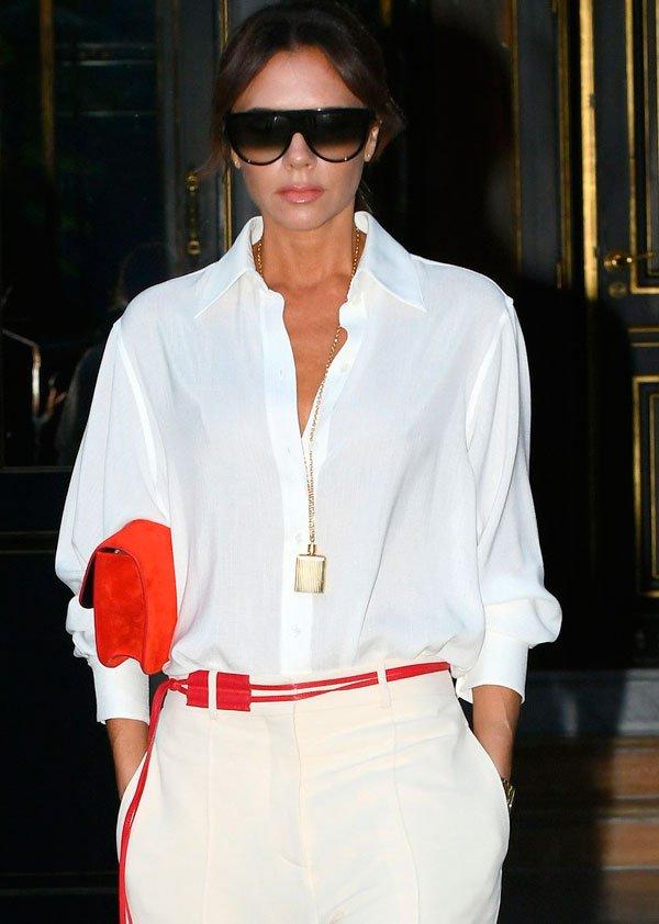 Victoria Beckham - camisa-branca-calca-branca-cinto-vermelho - look branco - verão - street style