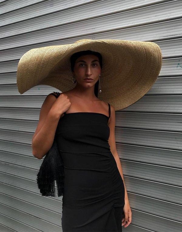 Katarina Petrovic - vestido-preto-chapeu-palha - chapeu - verão - street style