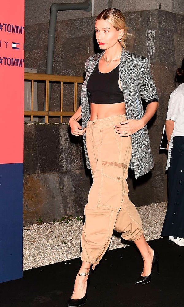 Hailey Baldwin - calça-cargo-blazer-xadrez - calça-cargo - inverno - street-style