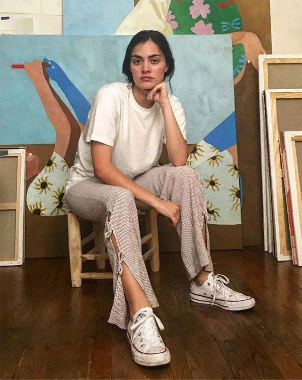 Inès Longevial  - camiseta-branca-tenis-branco-calca-aberta - t-shirt - verão - street style
