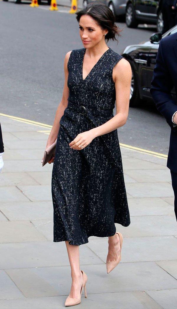 Meghan Markle - meghan-markle-vestido-preto-e-branco-scarpin-nude - vestido - verão - street style