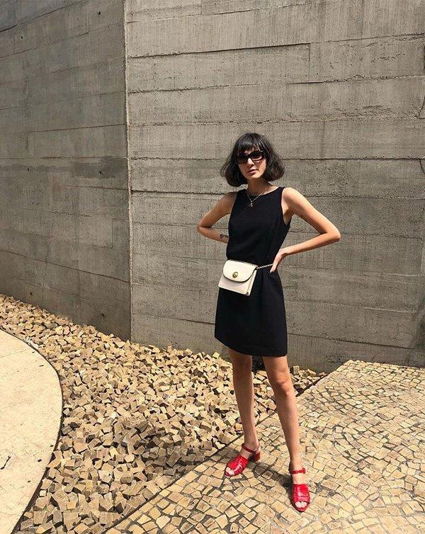 Angelica Bucci - vestido-preto-pochete-branca-sapato-vermelho - pochete - verão - street style