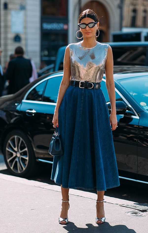 Giovanna Battaglia - blusa-prata-saia-jeans - metalizado - verão - street-style
