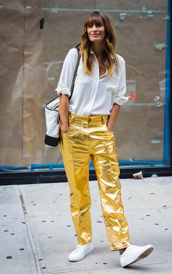 Caroline de Maigret - camisa-branca-calca-dourada - metalizado - verão - street-style