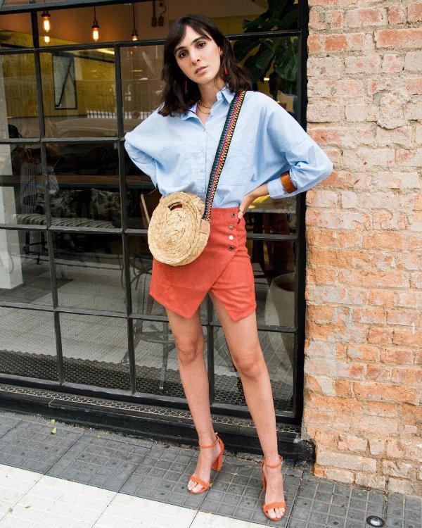 Angelica Bucci - camisa-azul-saia-vermelha - cor - verão - street-style