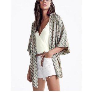 Kimono Estampado Em Tecido Cetim De Viscose