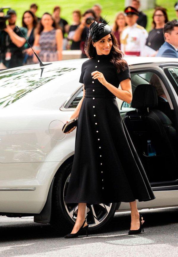 Meghan Markle - vestido-preto-chapéu-scarpin-slingback - slingback - meia estação - street style 2018
