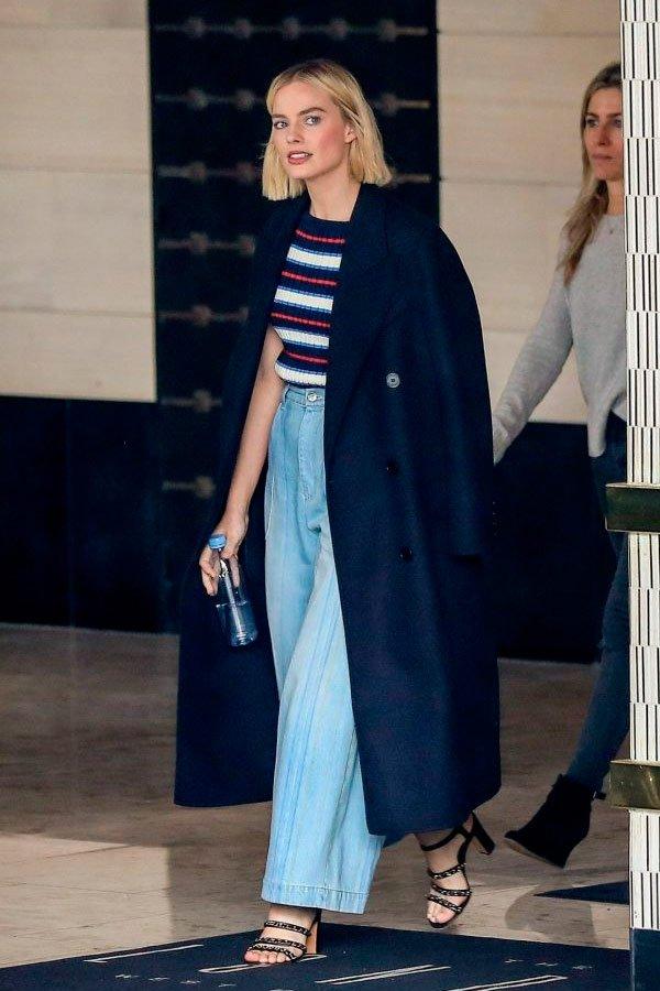 Margot Robbie - blusa-calça-jeans - jeans - verão - street-style