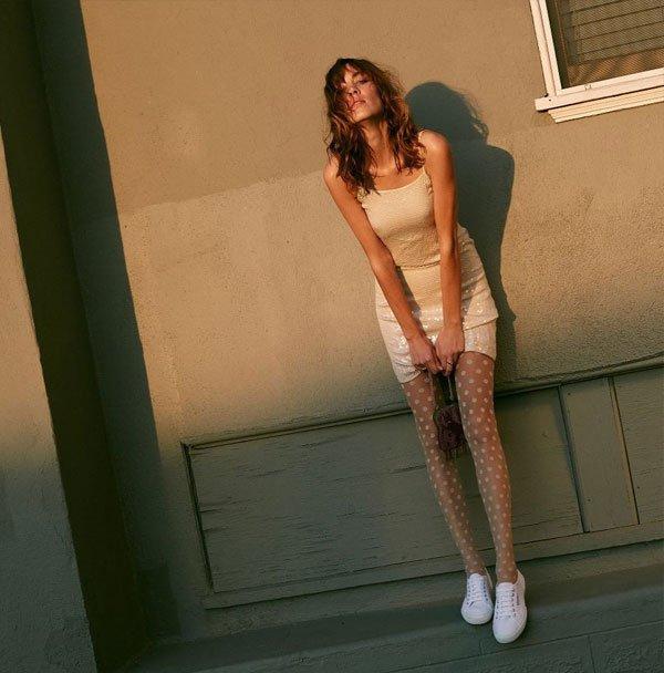 Alexa Chung - vestido-mini-tênis - tênis - verão - balada 2019