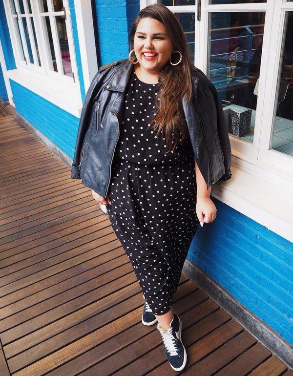 Callie Thorpe - vestido-poá-jaqueta-couro-tenis - poá - meia estação - street style 2019