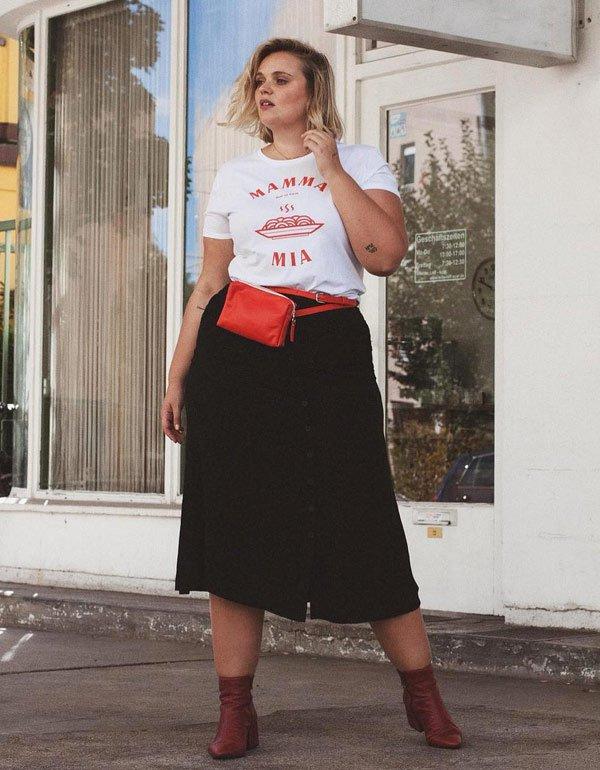 Charlotte Kuhrt - t-shirt-saia-bota - saia-midi - meia estação - street style 2019