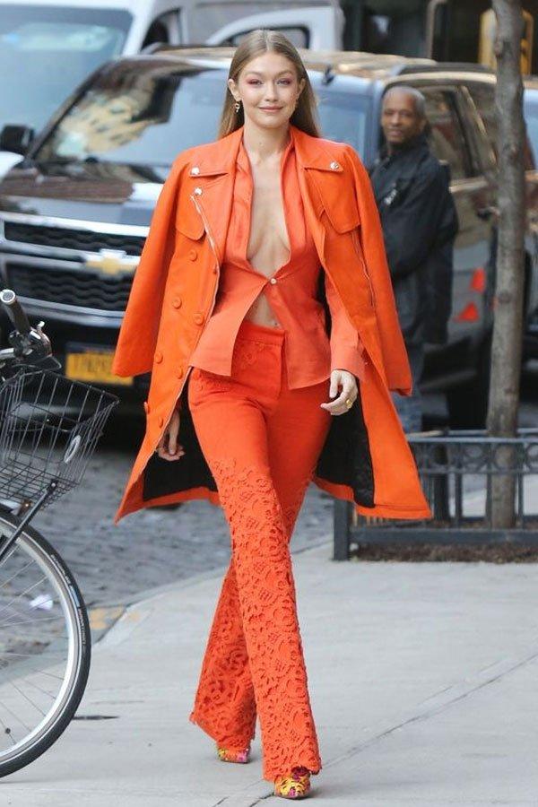 Gigi Hadid - calça  blazer - living coral - verão - street style