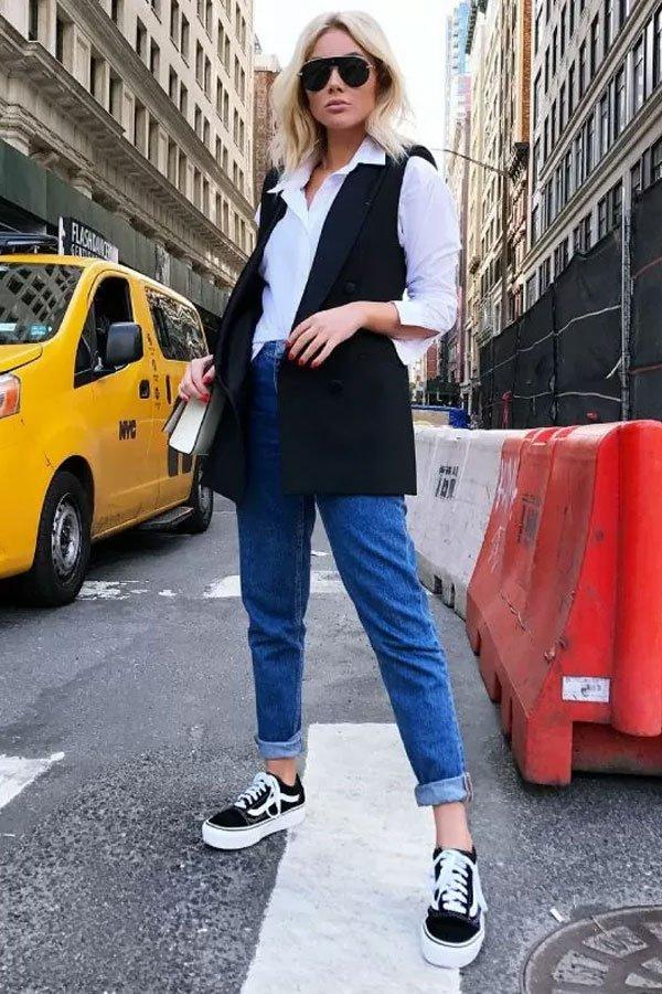 Natan de Leon - calça jeans e colete - jeans no office look - meia-estação - street style