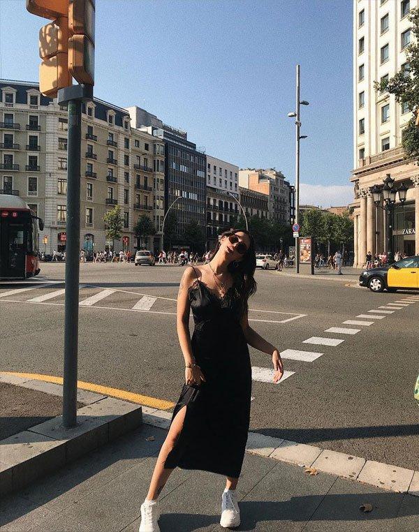 Vic Hollo - slipdress-tênis - flat - meia estação - street style 2019