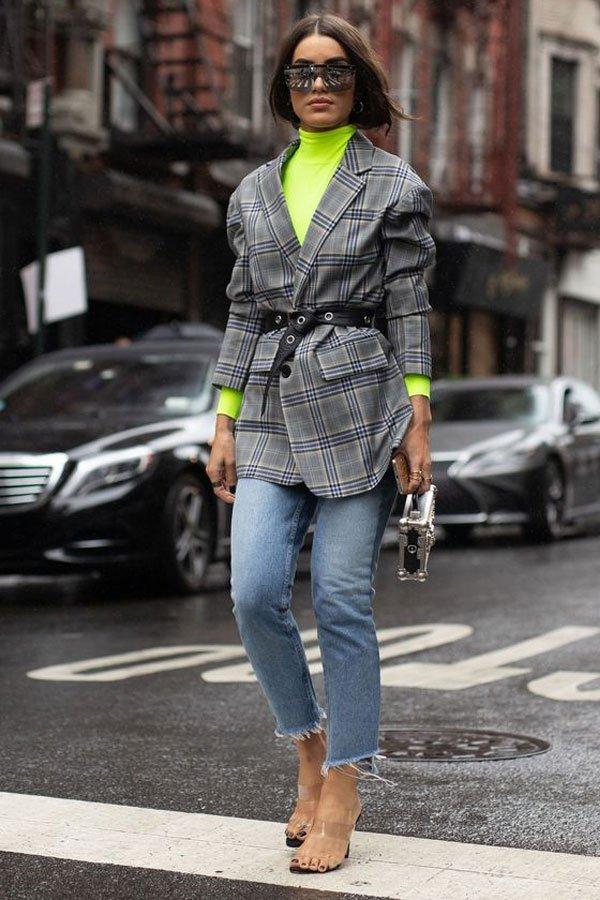 Camila Coelho - blusa neon, blazer e jeans - green neon - meia-estação - street style