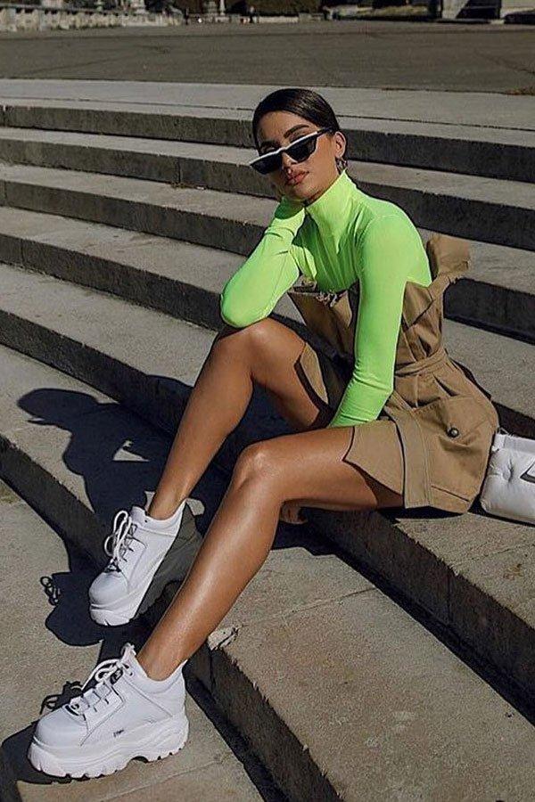 Camila Coelho - vestido e blusa neon - dad sneaker - meia-estação - street style