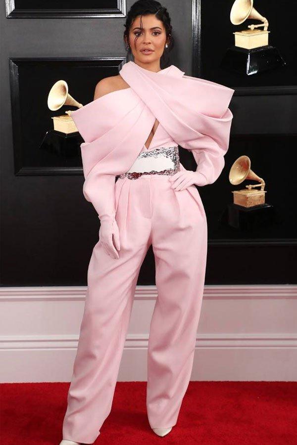 Kylie Jenner - macacão rosa - grammy - meia-estação - grammy awards