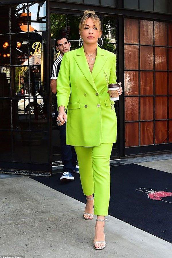Rita Ora - terninho neon - green neon - meia-estação - street style