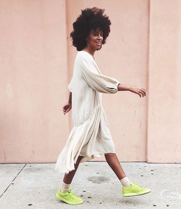 Solange Knowles - vestido branco com tênis neon - green neon - verão - street style