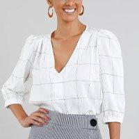 camisa feminina em linho estampada quadriculada com botões manga curta decote v off white - p
