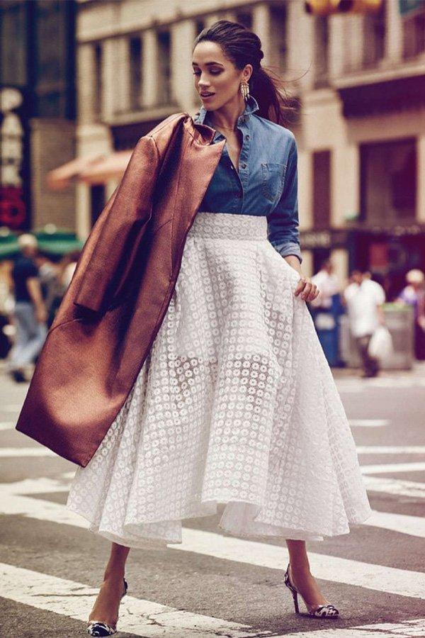 Meghan Markle - saia midi e camisa jeans - looks mais pinados - outono - street style