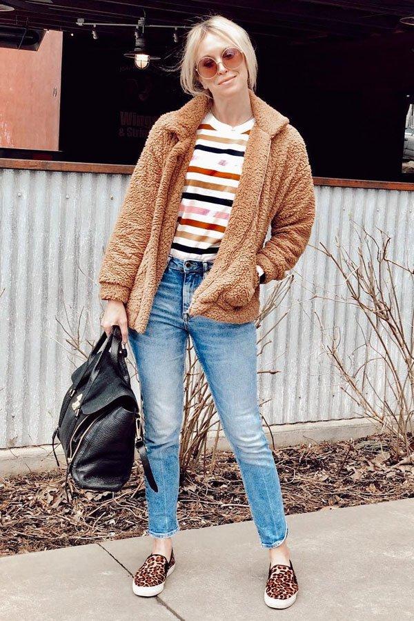Brooke Williams - casaco, camiseta, calça e tênis - tênis de oncinha - inverno - street style