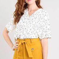 camisa feminina estampada de poá com bolso manga curta bege claro - pp
