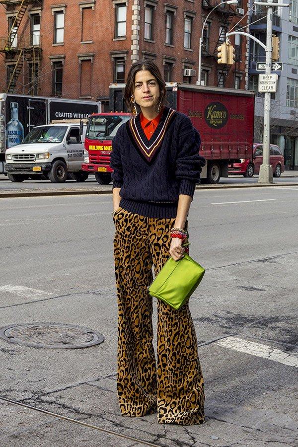 Leandra Medine - calça de oncinha e tricot gola v - básicos - inverno - street style