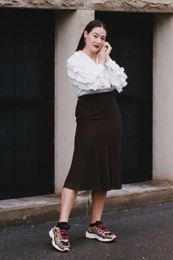 Melina Morry - saia midi, camisa e tênis de oncinha - tênis de oncinha - inverno - street style