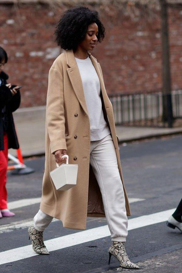 Naomi Elizée - casaco, calça e bota - camel coat - inverno - street style