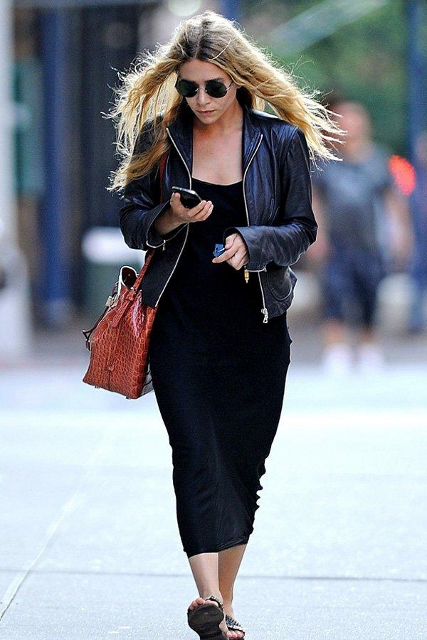 Ashley Olsen - slipdress e jaqueta de couro - olsen twins - inverno - street style
